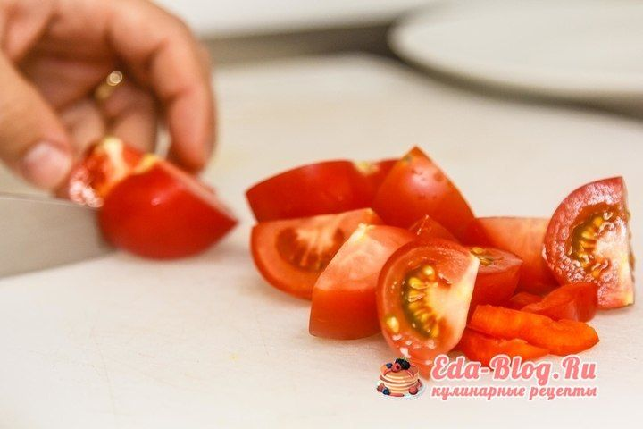 режем помидоры и перец