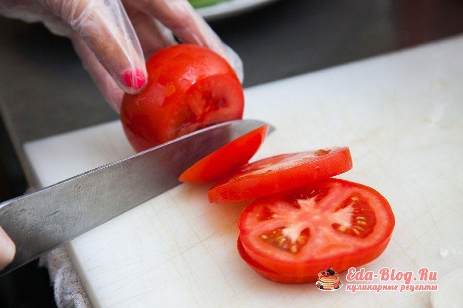 режем помидор