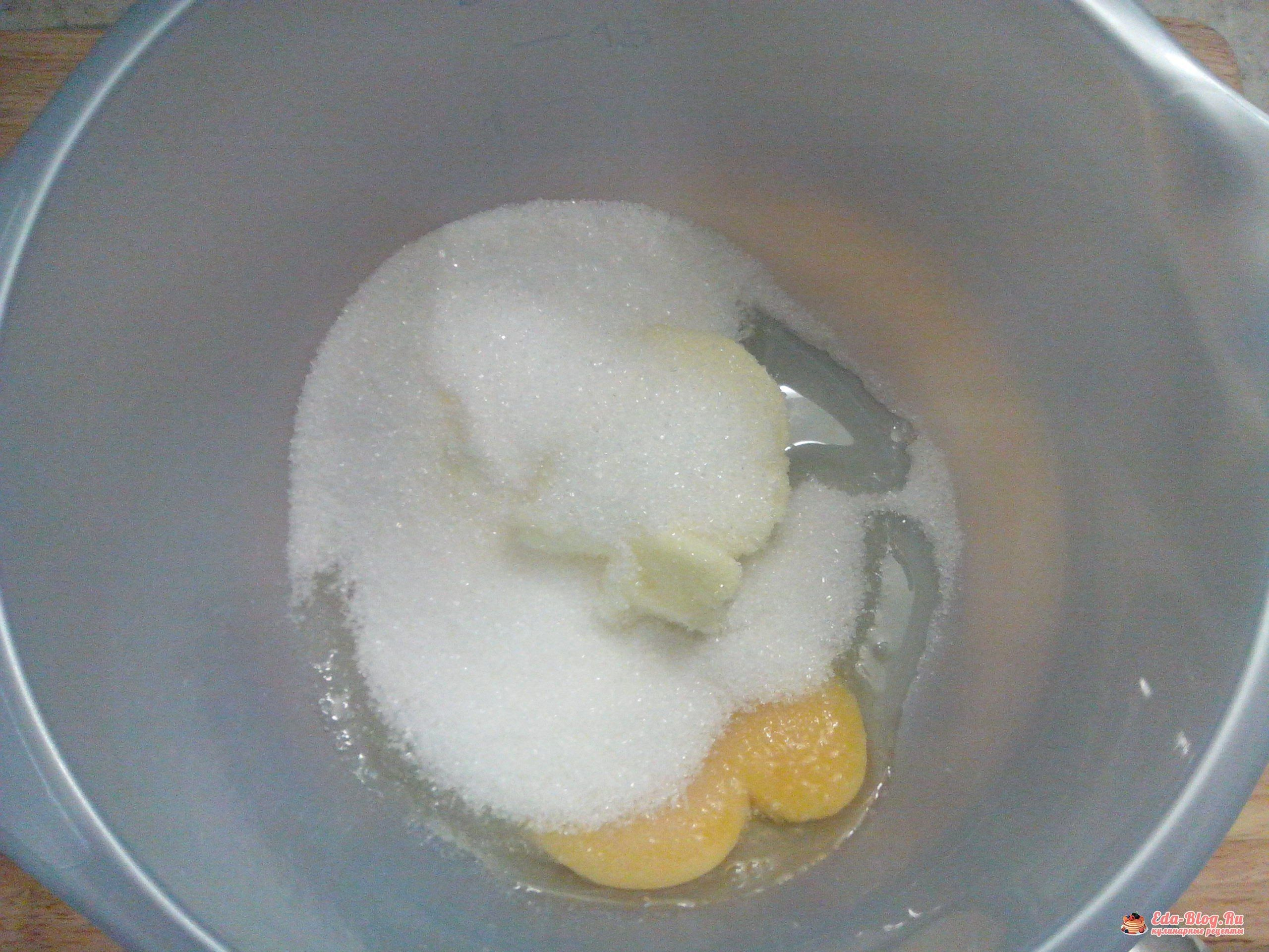 смешиваем яйцо, масло и сахар