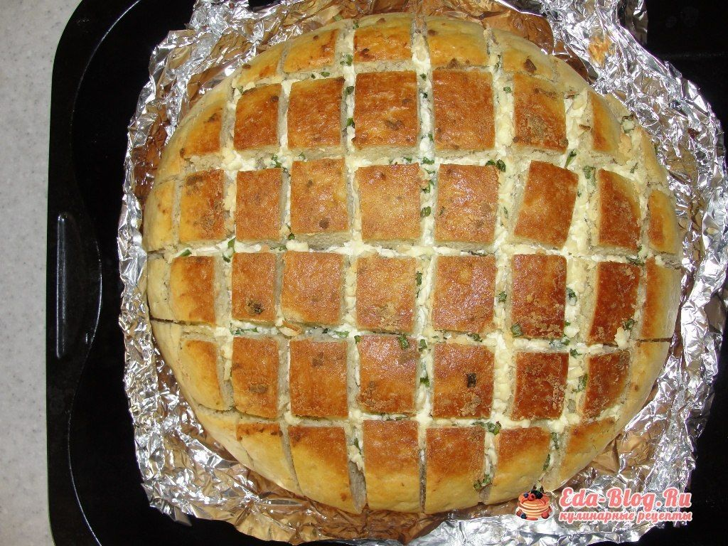 готовый хлеб с сыром и зеленым луком