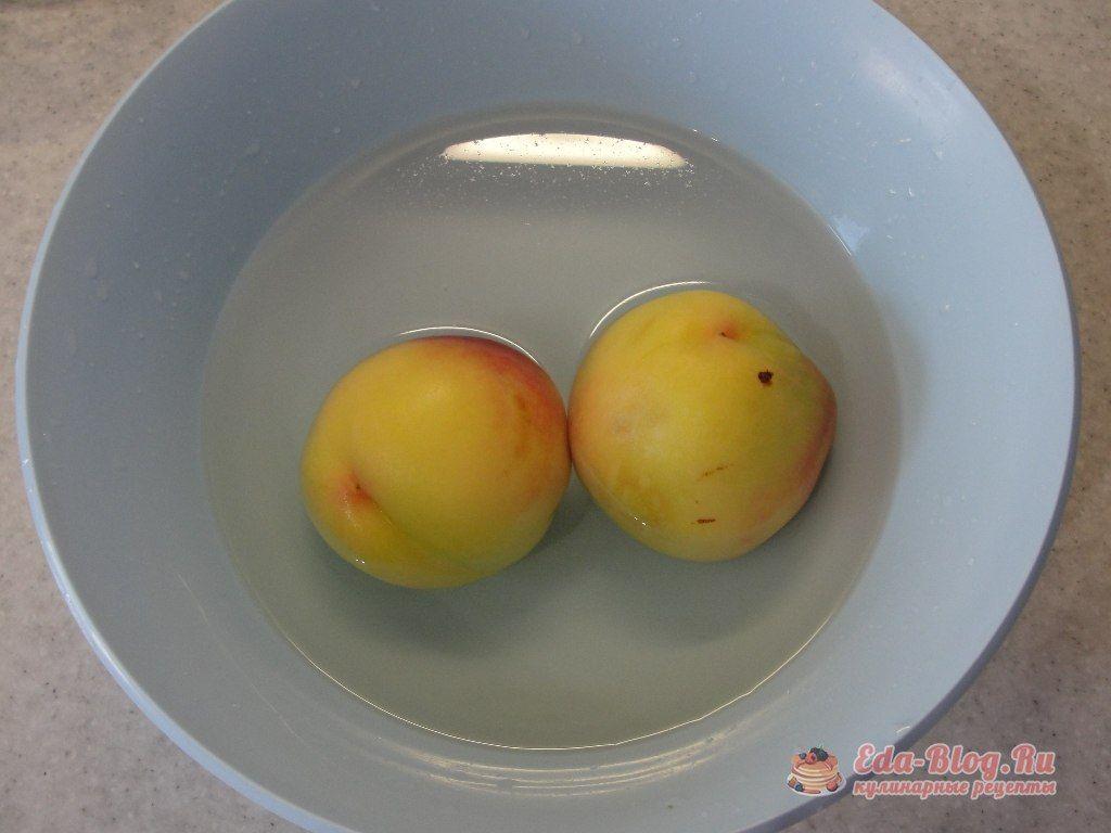 персики в холодной воде